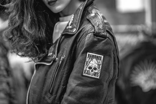 Foto d'estoc gratuïta de dona, jaqueta de cuir, posant, primer pla