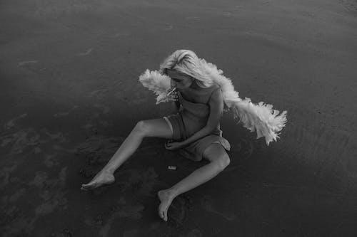 低頭看, 單色, 坐下, 天使 的 免費圖庫相片