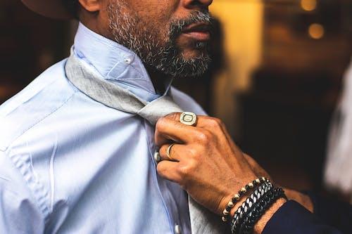 Immagine gratuita di adulto, anelli, barba, bracciali