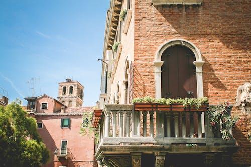 Безкоштовне стокове фото на тему «архітектура, балкон, будівлі, двері»