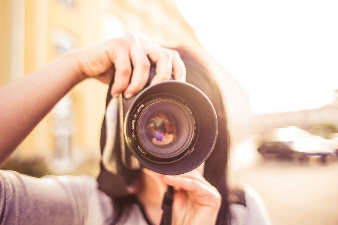 Donna In Camicia Grigia Che Cattura Un Servizio Fotografico Durante Il Giorno