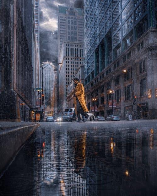 Immagine gratuita di città, edifici, persona, pozzanghera