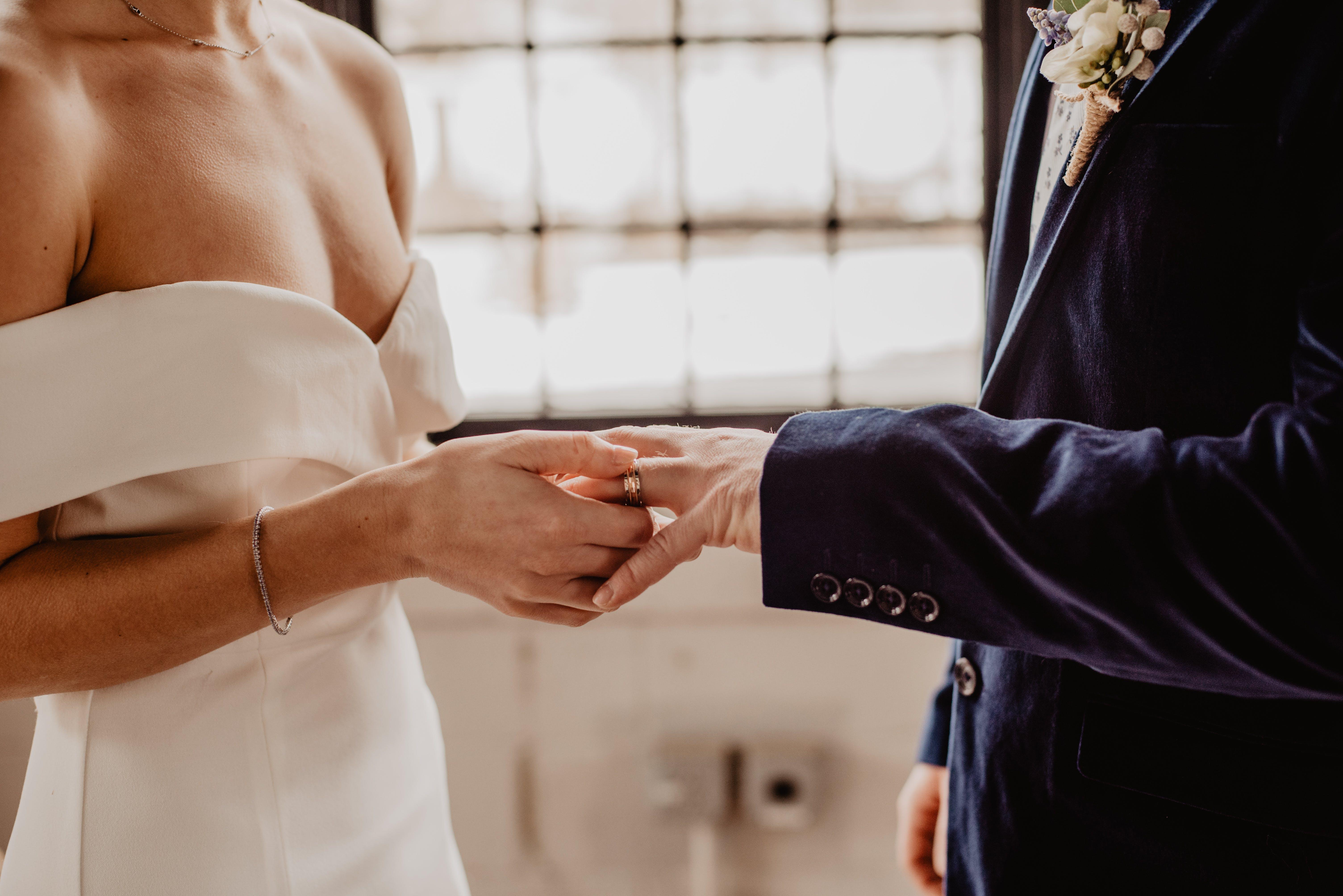 Gratis lagerfoto af brud og gom, bryllup, ceremoni, folk