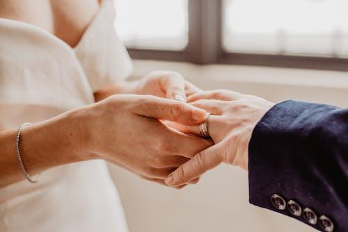 Foto profissional grátis de amor, anel, casal, casamento