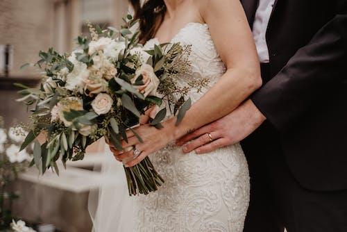 Foto profissional grátis de anéis, buquê, casal, casamento