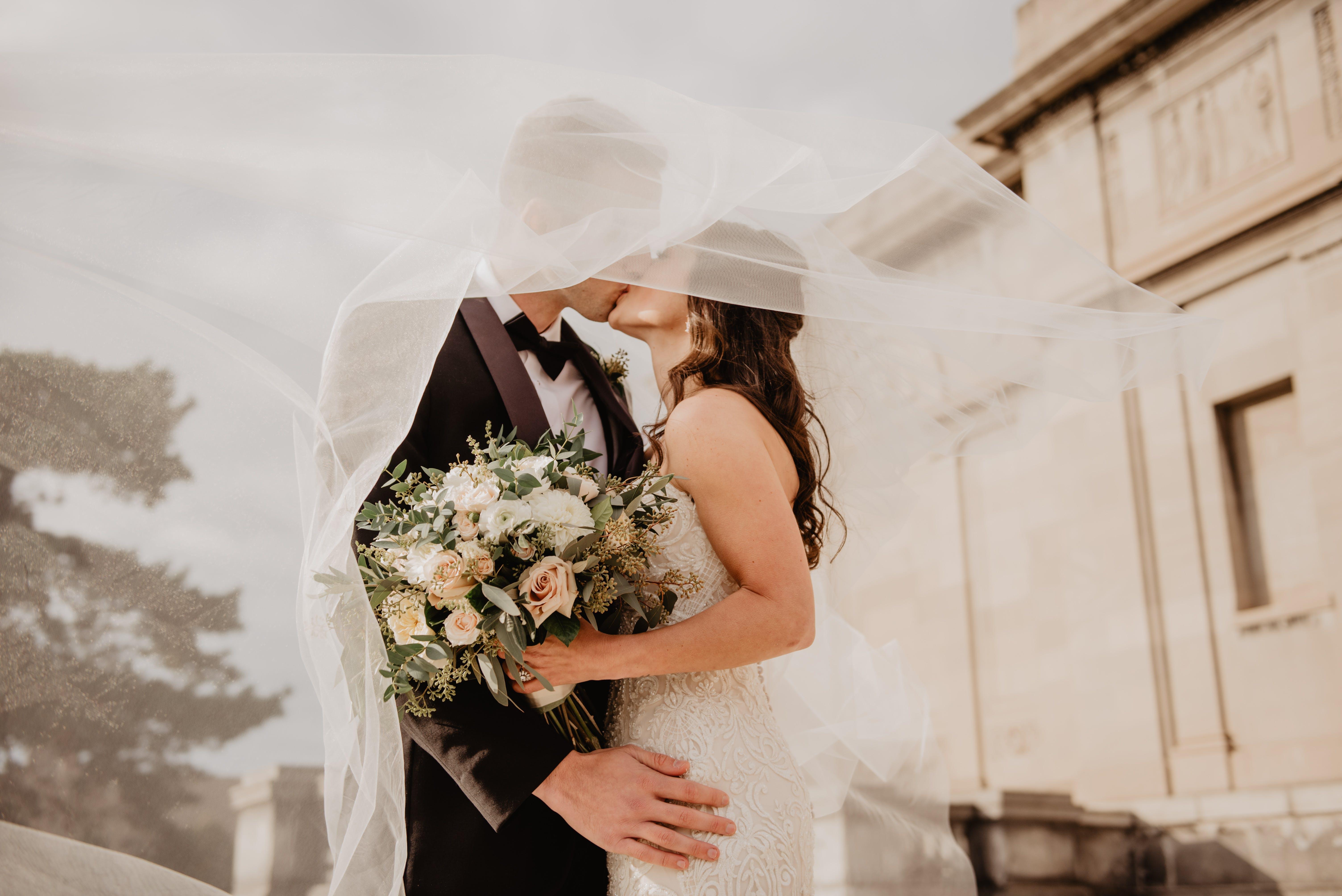 Kostenloses Stock Foto zu blumen, blumenstrauß, braut, braut und bräutigam