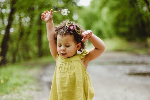 afrikalı-amerikalı kız, bebek, çiçek, çocuk içeren Ücretsiz stok fotoğraf