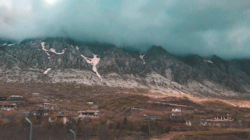 Darmowe zdjęcie z galerii z błękitne góry, brązowy, chmura, ciemny nastrój