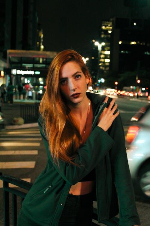 Foto d'estoc gratuïta de àrea urbana, cabells pèl-roigs, carrer, dempeus