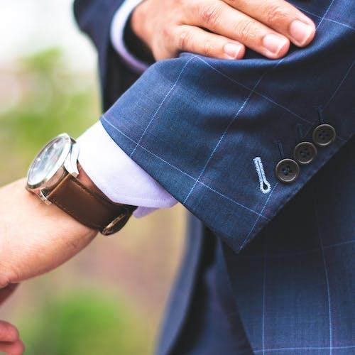 Kostenloses Stock Foto zu armbanduhr, bankwesen, business, designeranzug