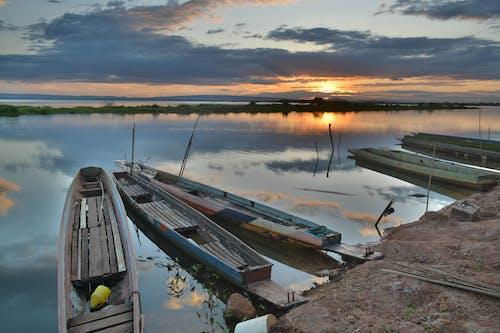 Kanu An Der Küste Während Des Sonnenuntergangs