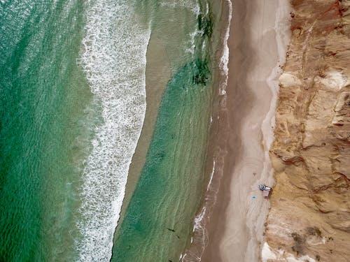 Darmowe zdjęcie z galerii z dzień, fale, film z drona, fotografia lotnicza