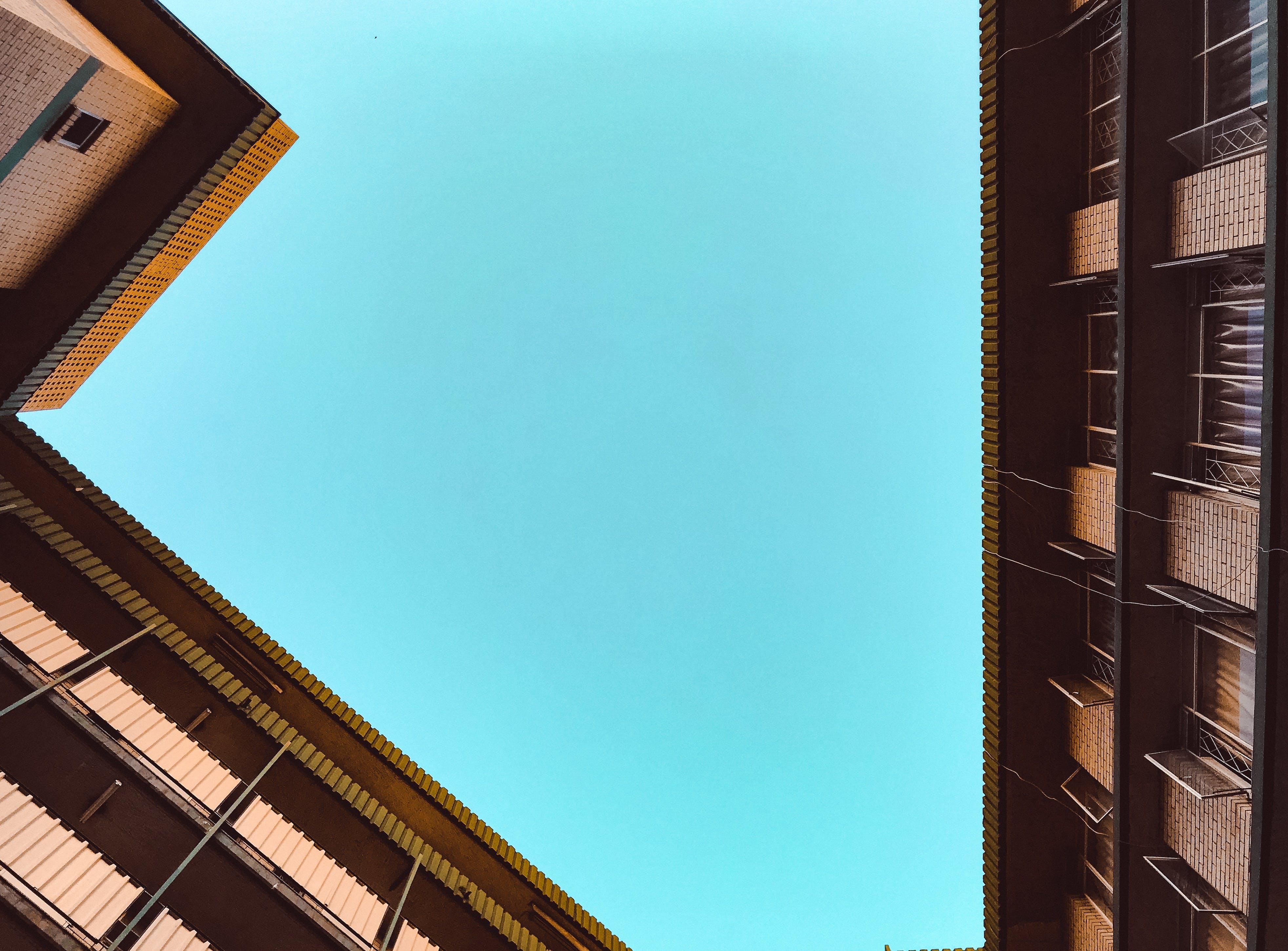 Foto stok gratis Apartemen, Arsitektur, bidikan sudut sempit, di luar rumah