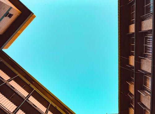 Δωρεάν στοκ φωτογραφιών με αρχιτεκτονική, γαλάζιος ουρανός, γυάλινα παράθυρα, διαμέρισμα