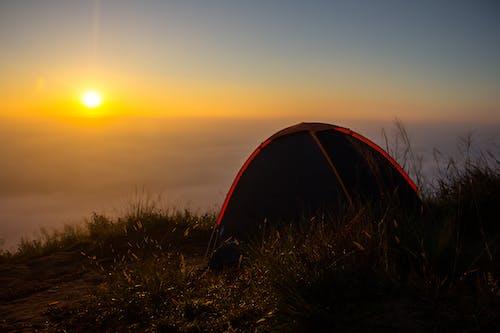 Ilmainen kuvapankkikuva tunnisteilla auringonnousu, mökki, vuori