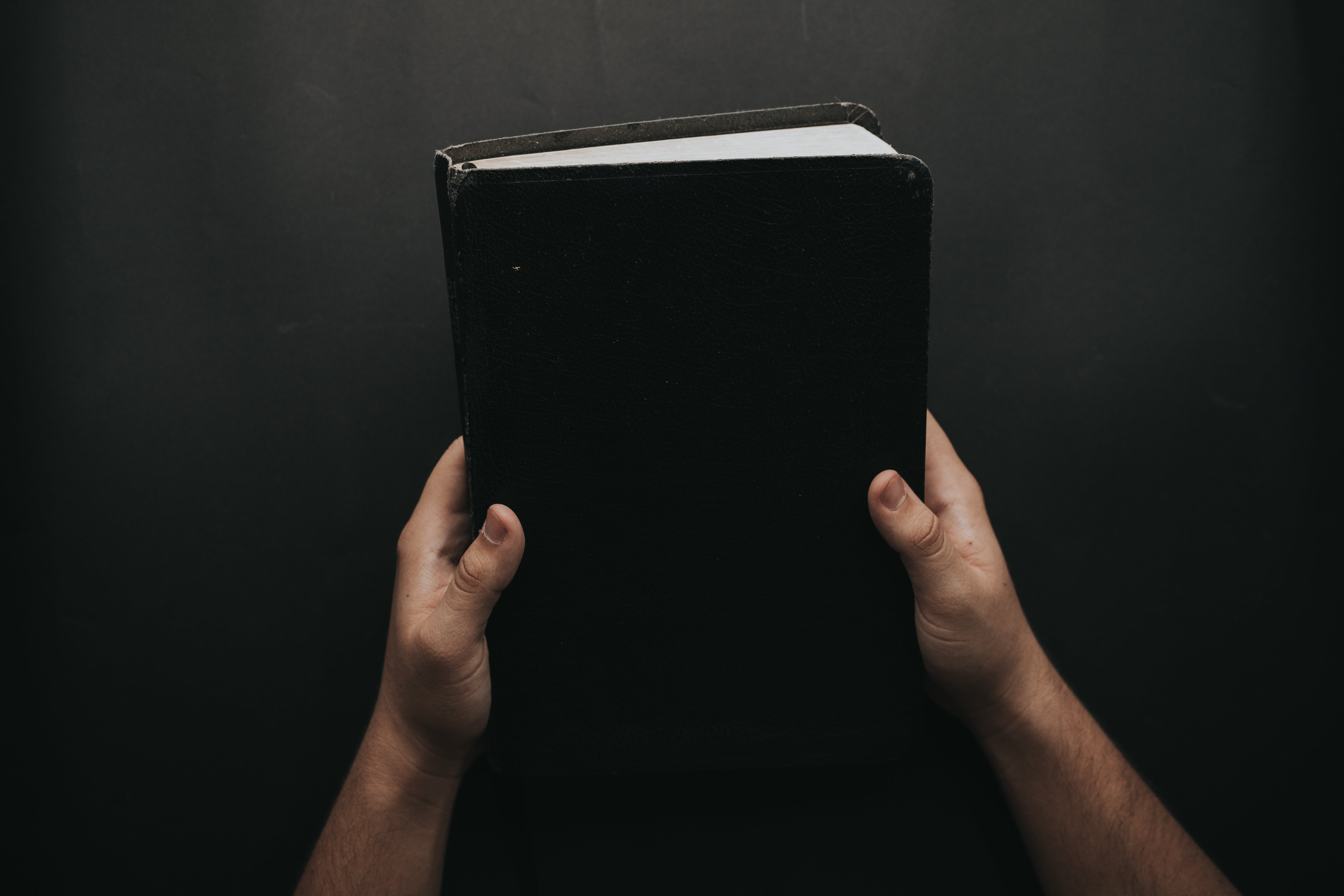 Gratis arkivbilde med åndelighet, bibel, bok, hender