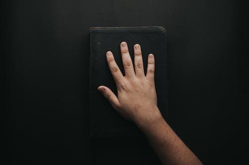cilt, el, incil, kitap içeren Ücretsiz stok fotoğraf