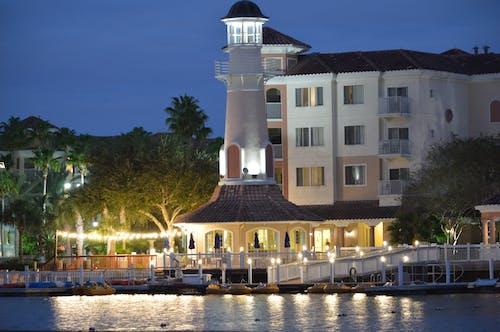 Darmowe zdjęcie z galerii z brzeg jeziora, kurort, latarnia morska, światła