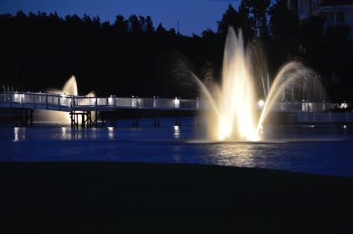 Darmowe zdjęcie z galerii z fontanny wodne, jezioro, oświetlone fontanny, oświetlony chodnik