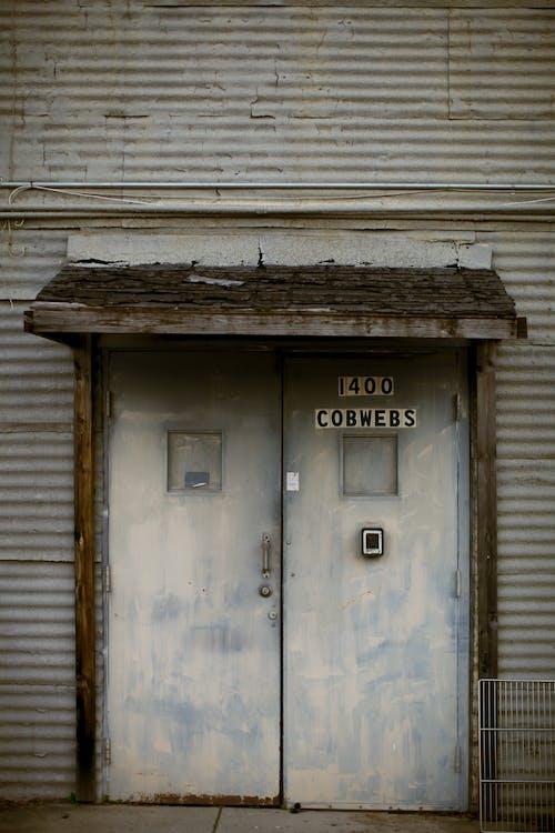 Бесплатное стоковое фото с вход, гофрированный металл, двери, дверной проем