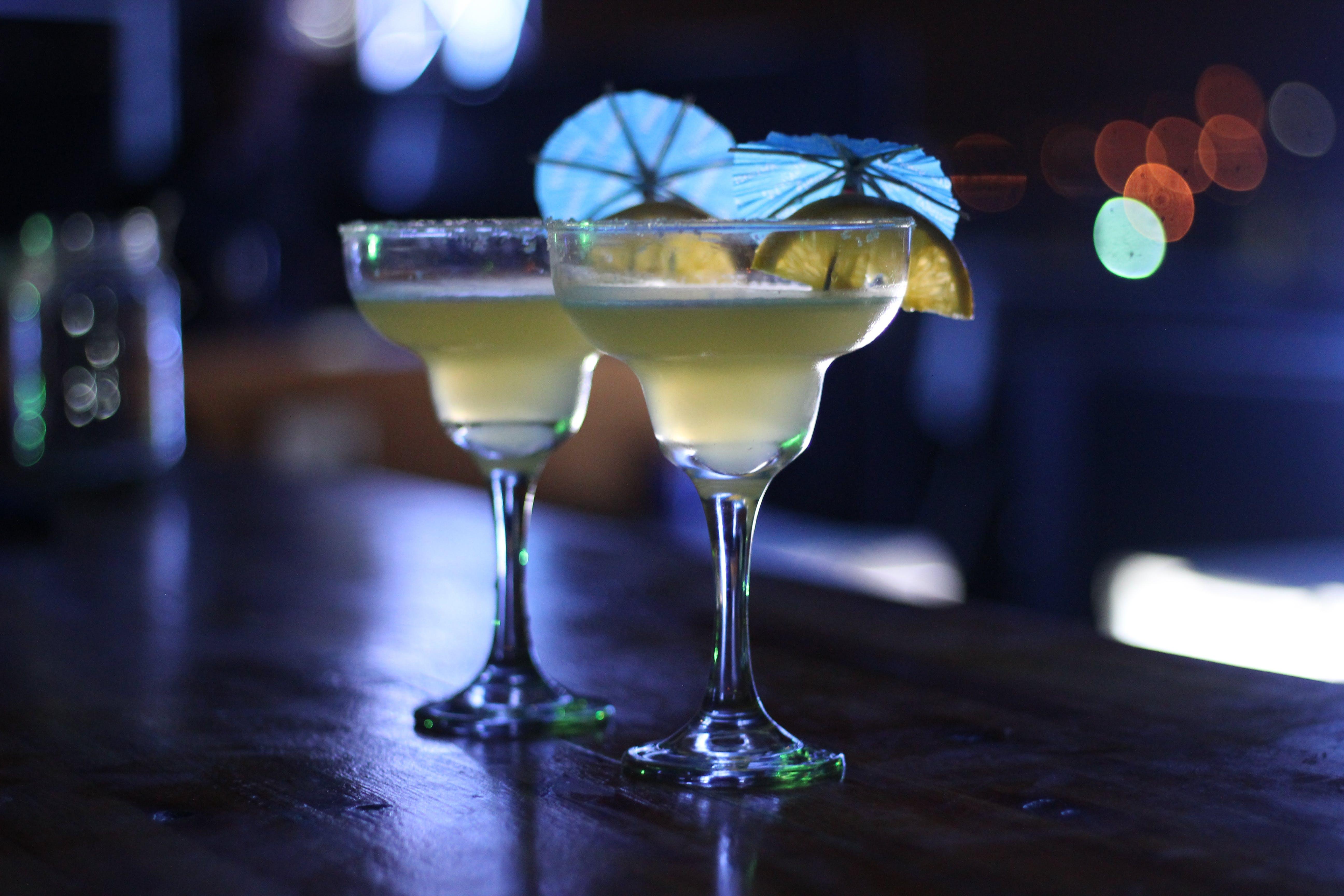 Základová fotografie zdarma na téma alkohol, alkoholický nápoj, koktejl, koktejlové sklenice