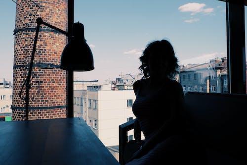 Gratis lagerfoto af arkitektur, by, bygninger, kvinde