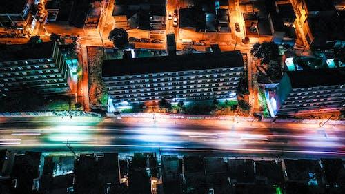 Kostenloses Stock Foto zu beleuchtet, gebäude, langzeitbelichtung, lichtstreifen