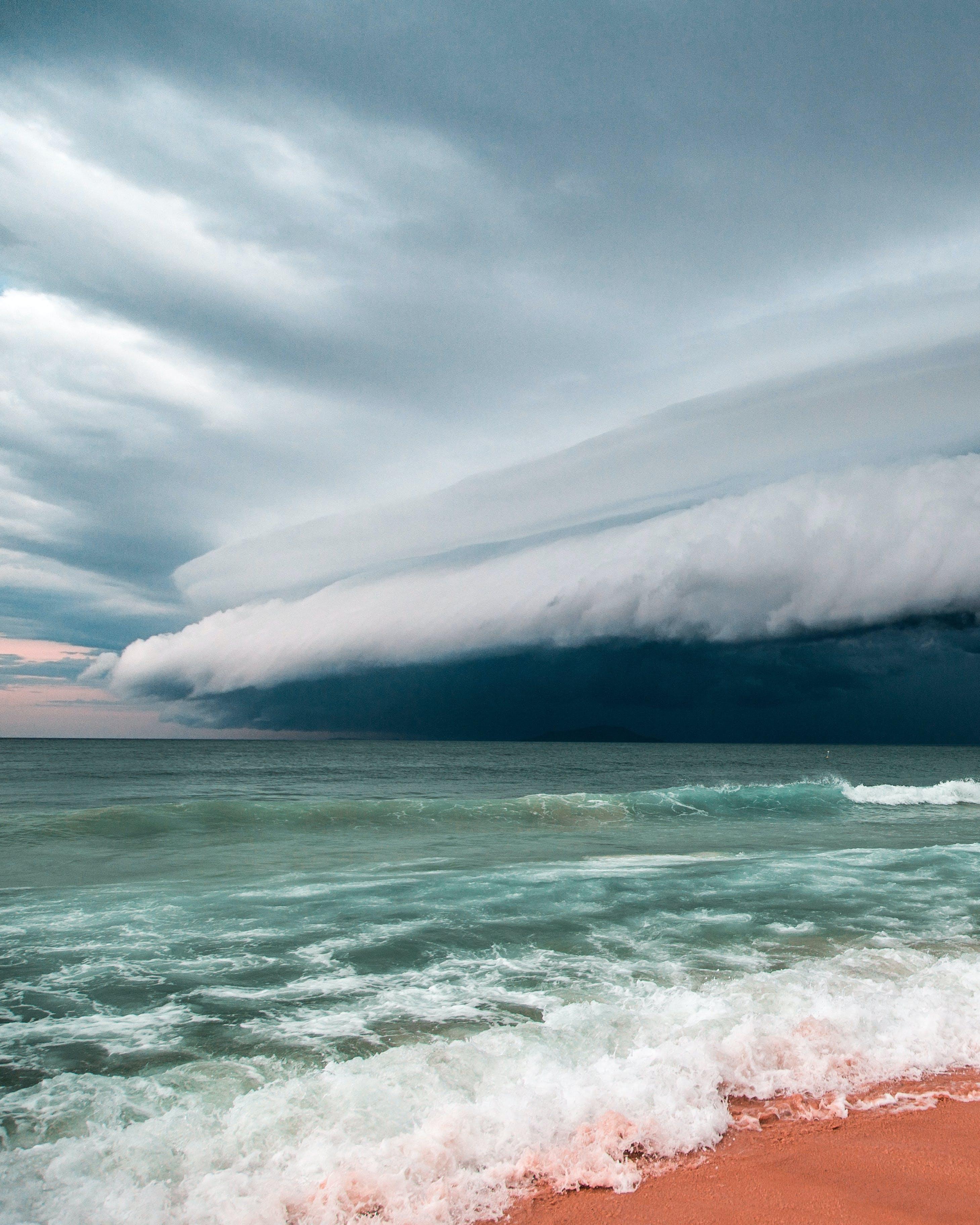 Kostenloses Stock Foto zu dramatischer himmel, draußen, küste, landschaft