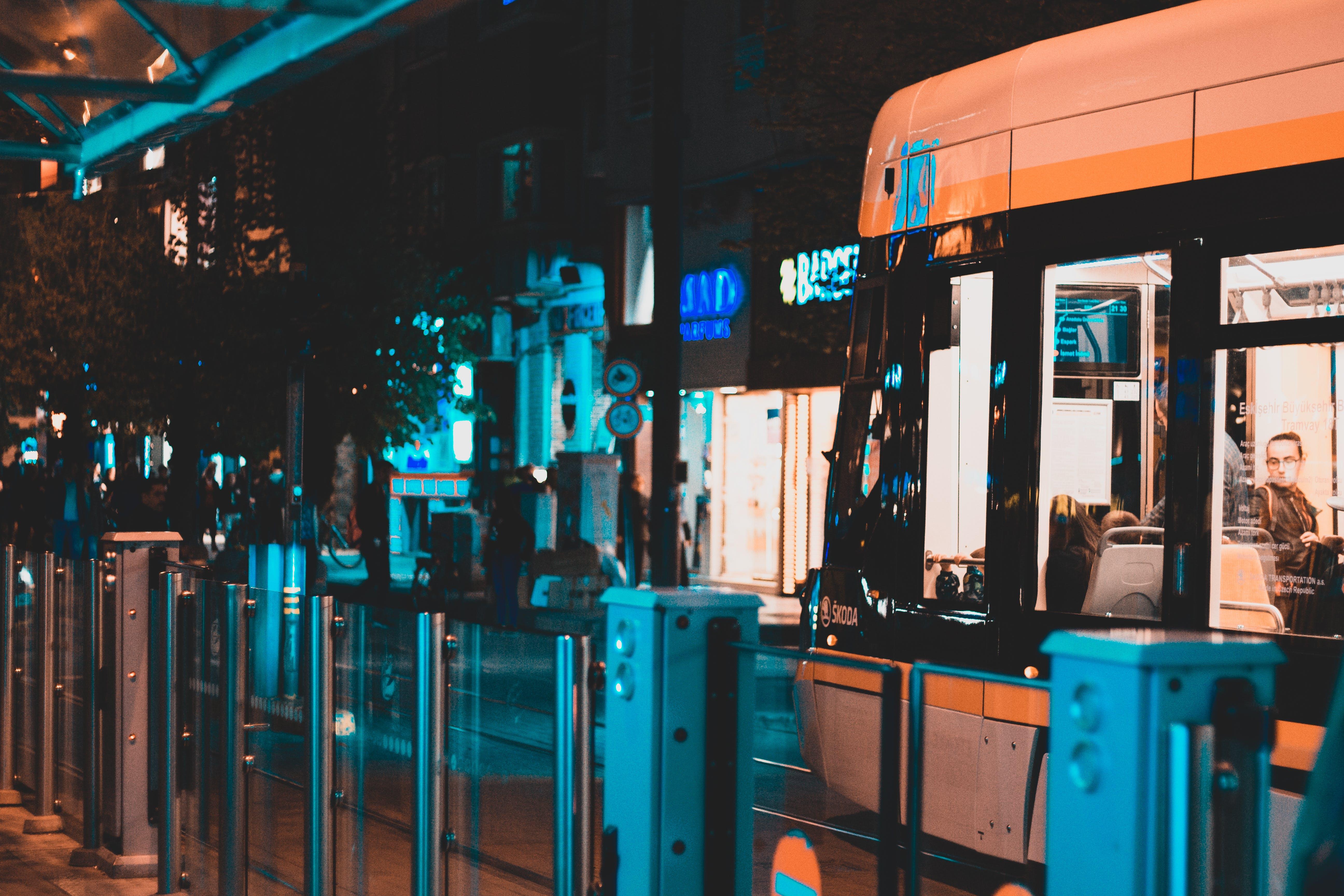 Kostenloses Stock Foto zu die stadt, nacht, station, straßenbahn