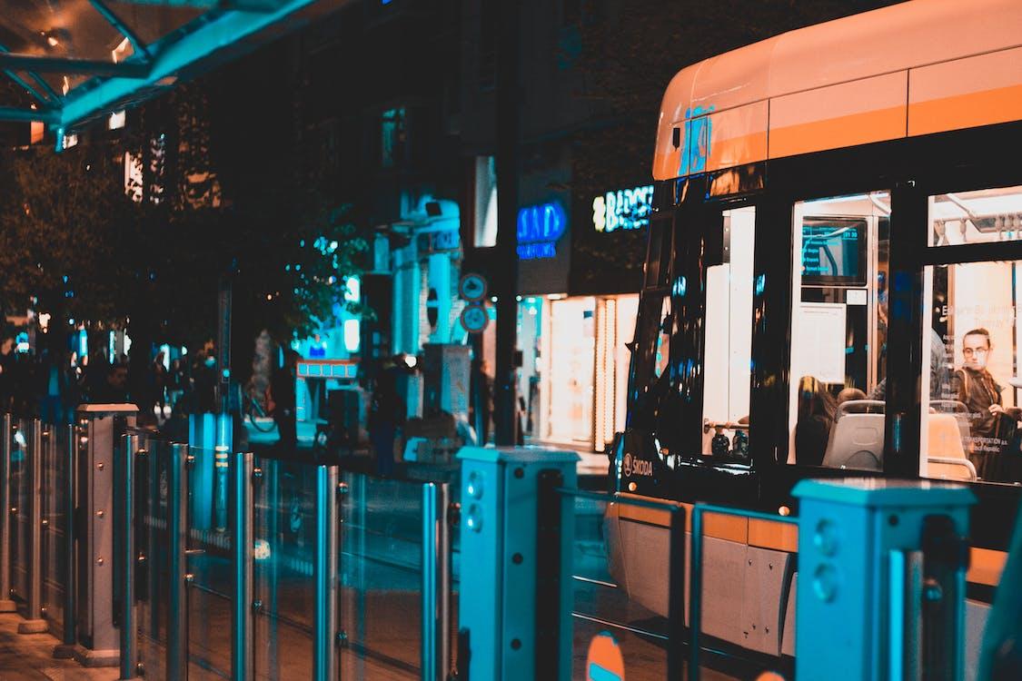město, noc, stanice