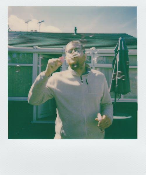 Безкоштовне стокове фото на тему «Polaroid, бульбашки, веселий, людина»
