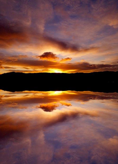 Foto d'estoc gratuïta de llac, núvols, sol daurat, sol de matí