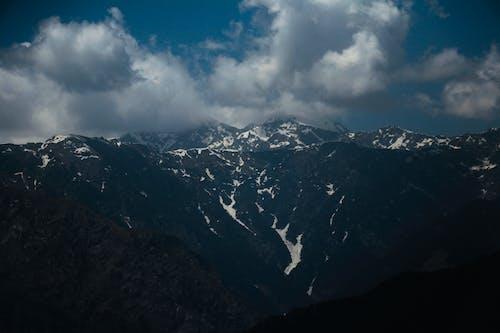 Gratis lagerfoto af bjerge, blå, dagslys, dramatisk himmel