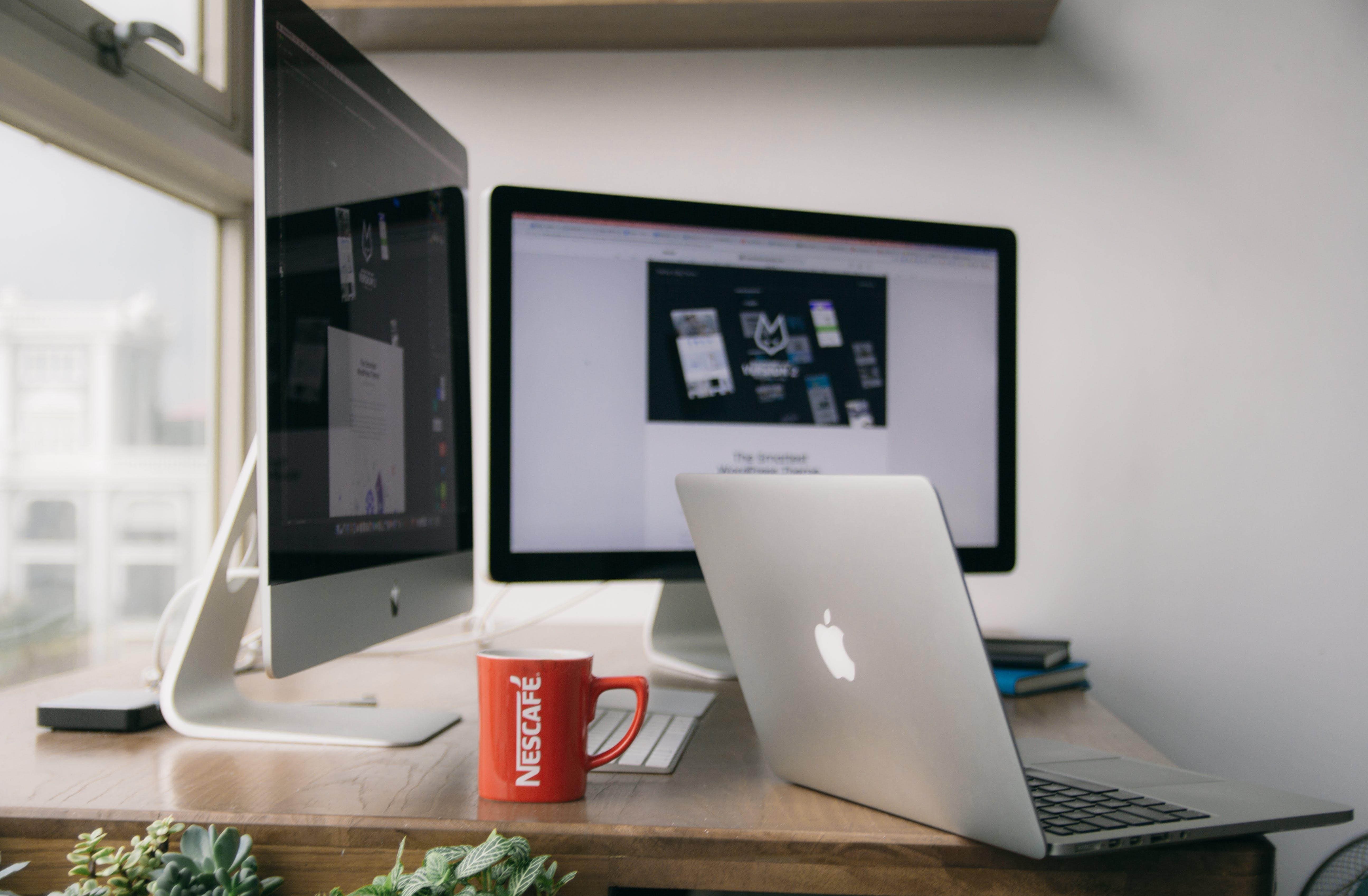 Kostenloses Stock Foto zu kaffee, tasse, apfel, schreibtisch