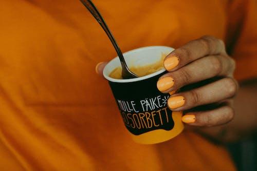 Darmowe zdjęcie z galerii z deser, kobieta, kolor pomarańczowy, kubek