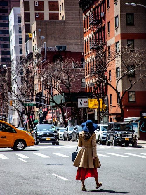 arabalar, binalar, geçiş, Kadın içeren Ücretsiz stok fotoğraf