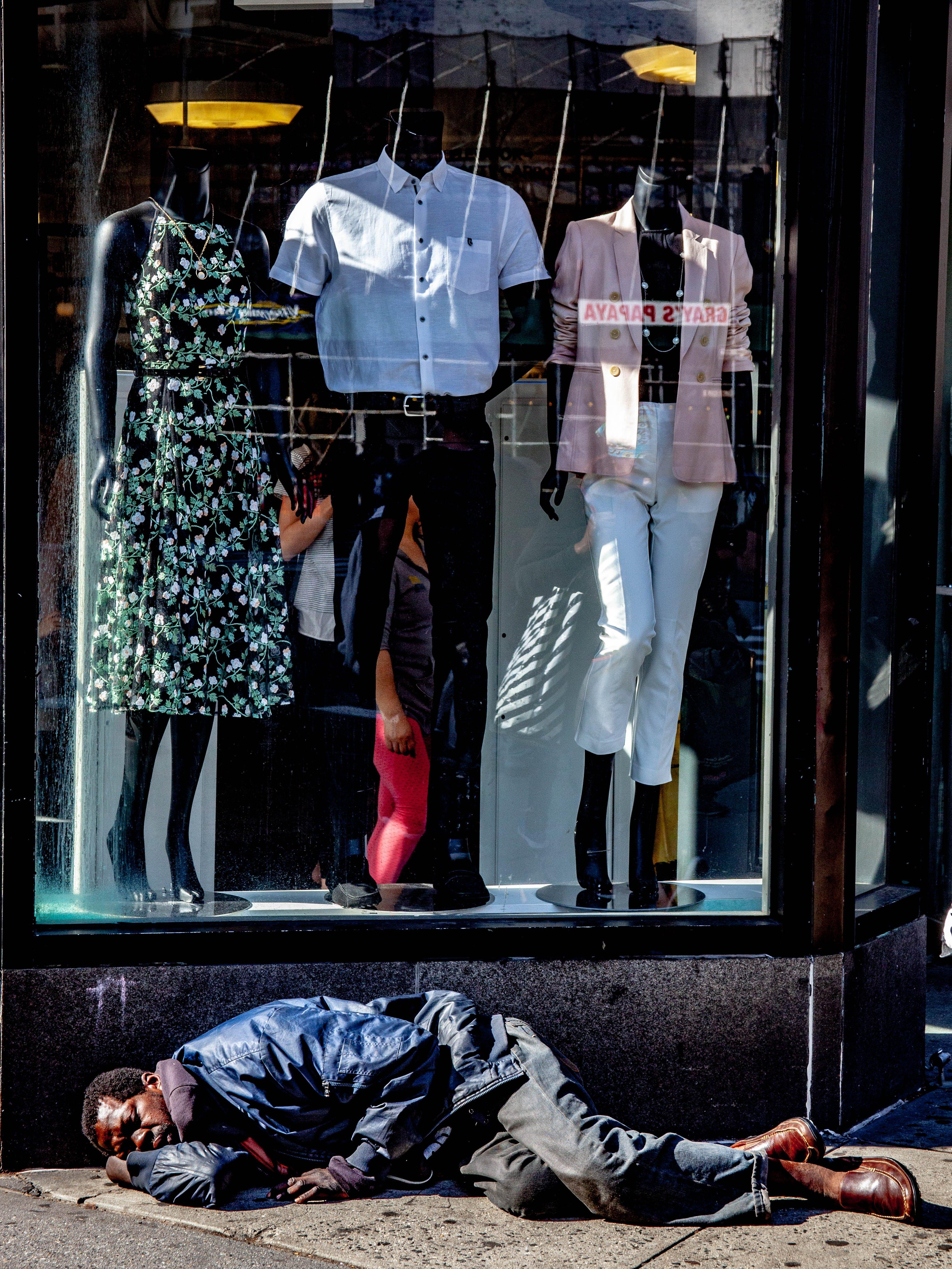 Foto d'estoc gratuïta de aparador, botiga de roba, davant de l'aparador, dorment