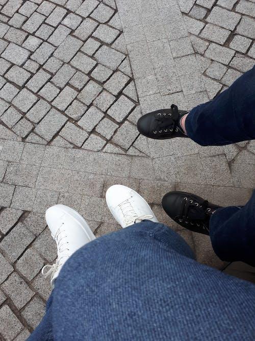 คลังภาพถ่ายฟรี ของ ความคิด, ทางเท้า, พูดคุย, รองเท้า