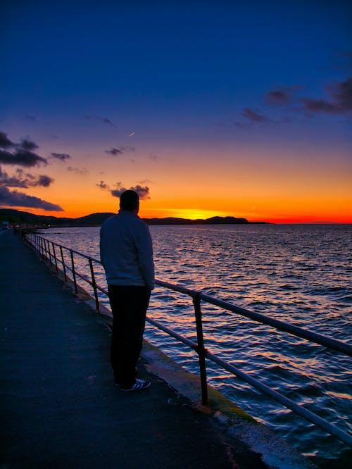 Foto profissional grátis de calmaria, cênico, homem, horizonte