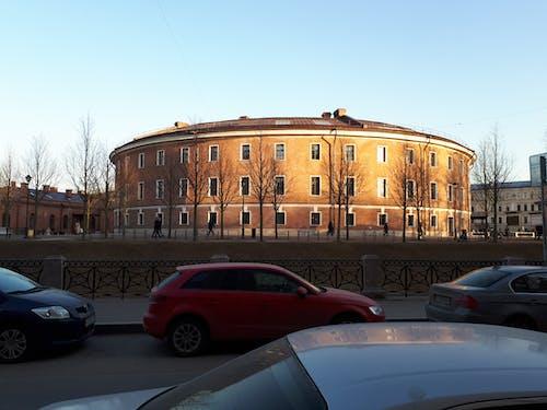 Gratis lagerfoto af arkitektur, biler, by, rød mursten