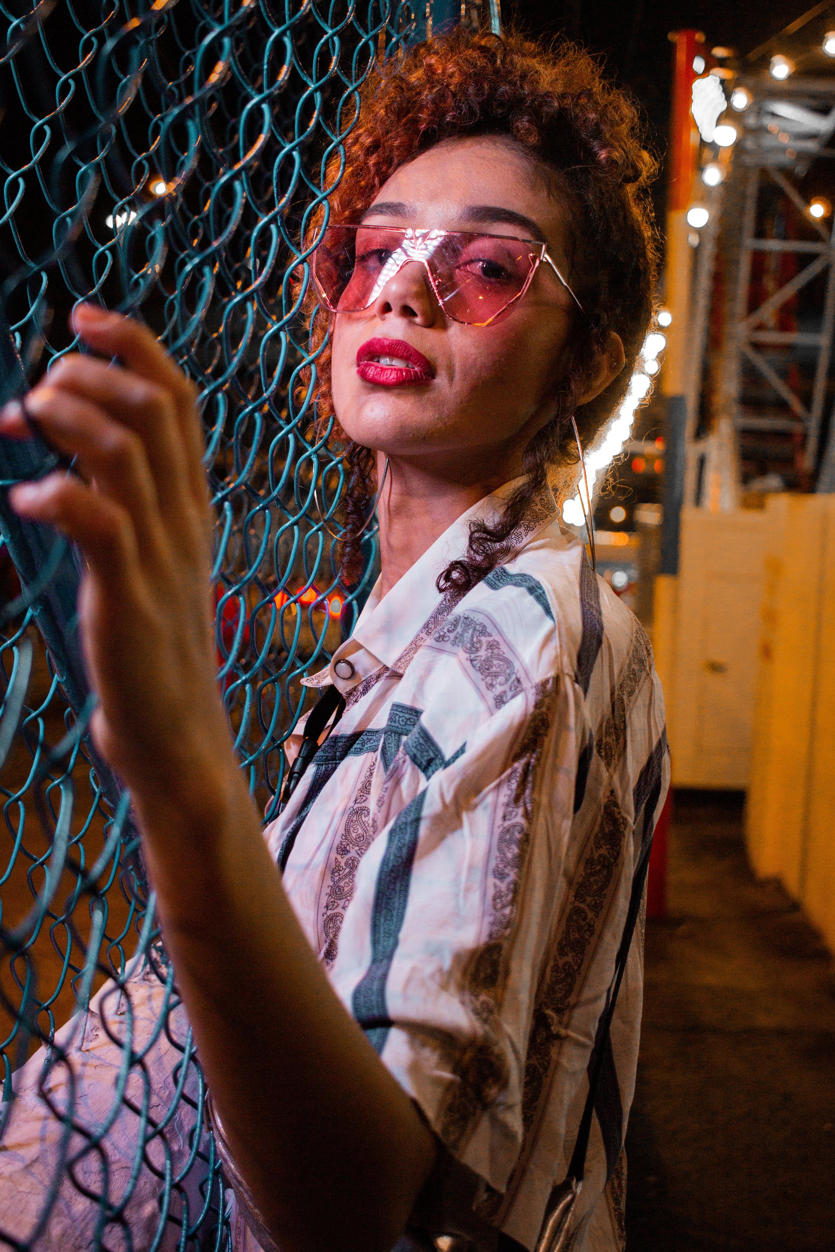 Δωρεάν στοκ φωτογραφιών με αλυσίδα-σύνδεση φράχτη, γκρο πλαν, γυαλιά ηλίου, γυναίκα
