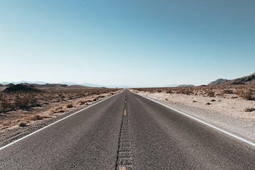 Kostenloses Stock Foto zu asphalt, autobahn, bahnen, blauer himmel