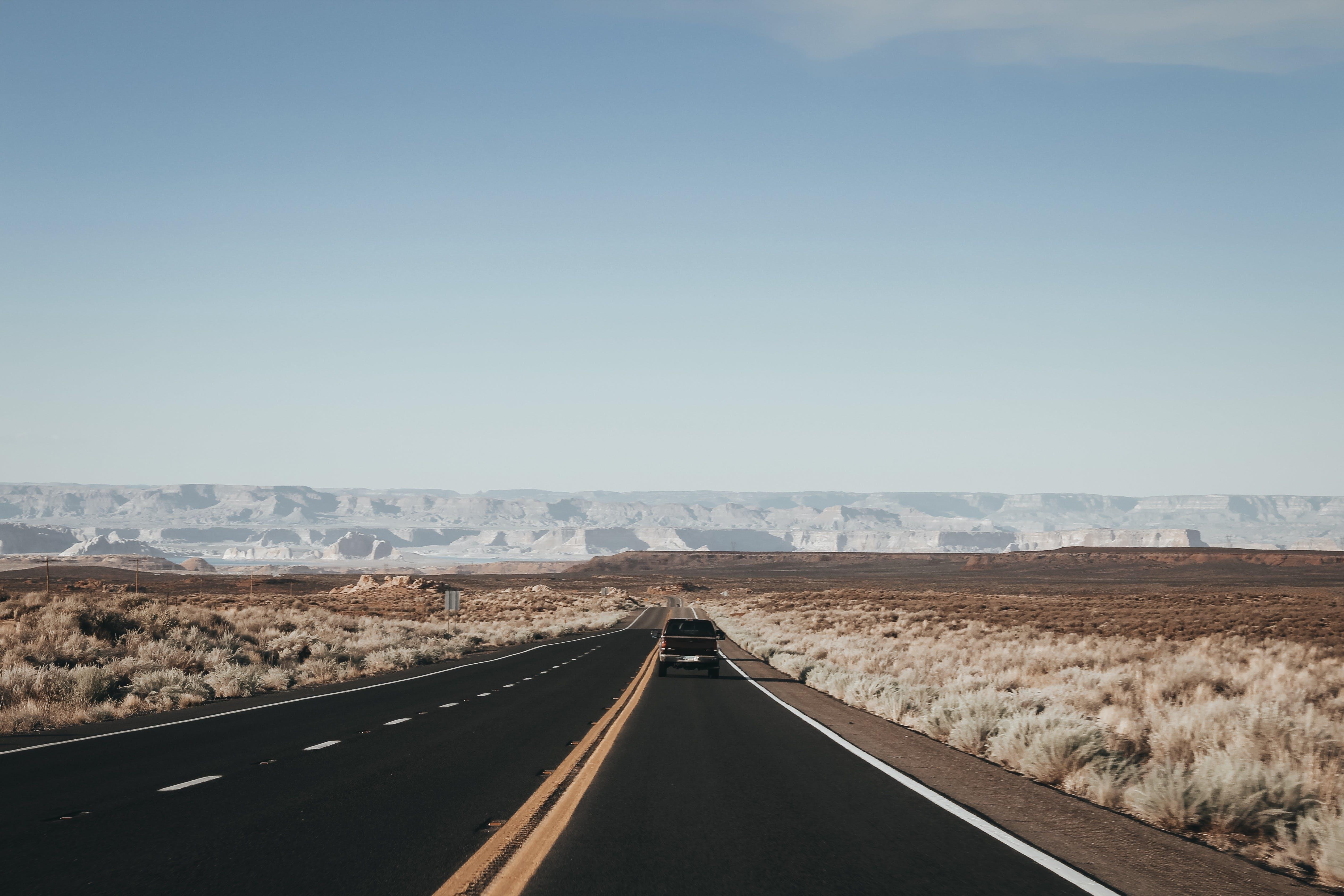 Kostenloses Stock Foto zu asphalt, auto, automobil, berge