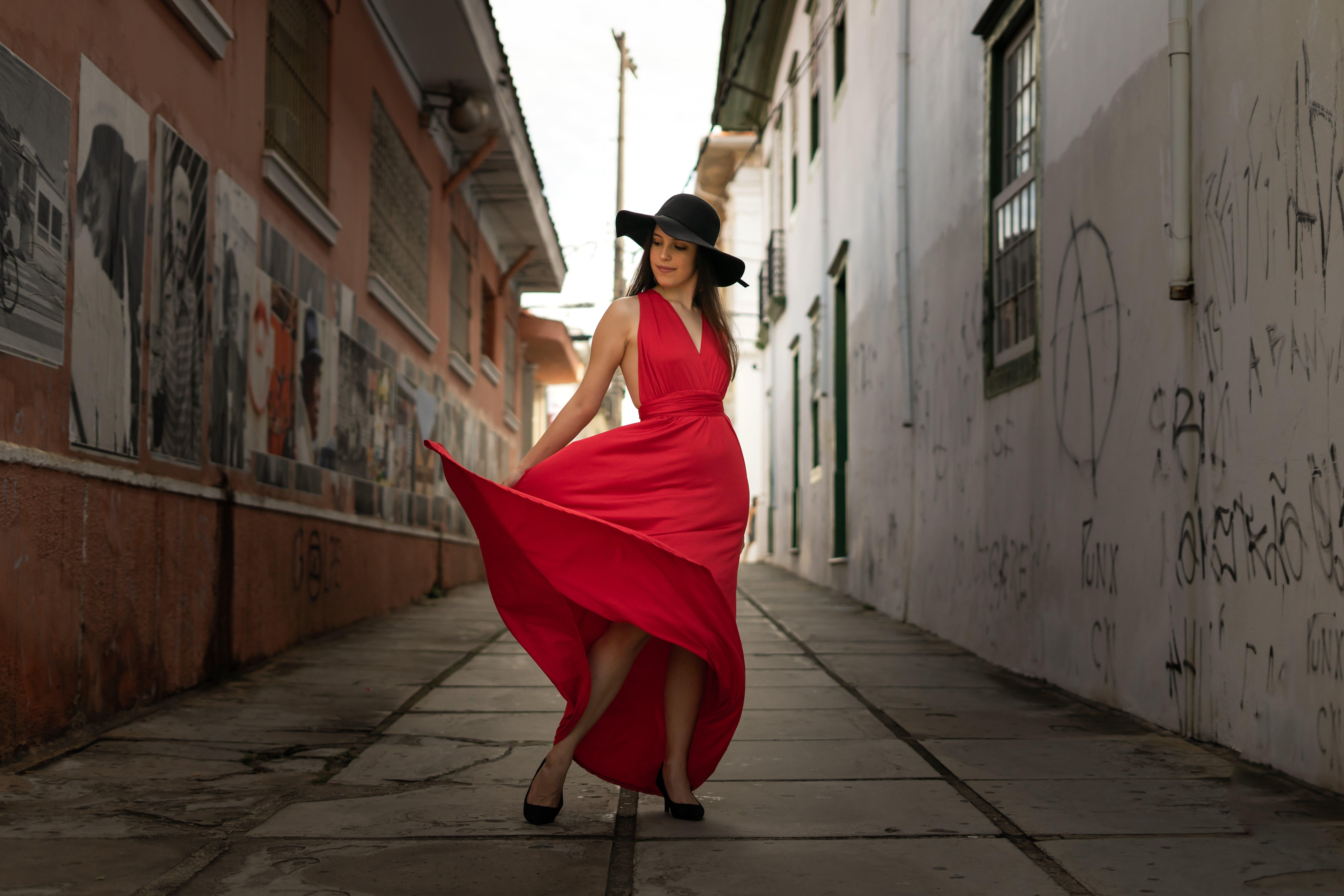 Darmowe zdjęcie z galerii z aleja, architektura, bruk, czerwona sukienka