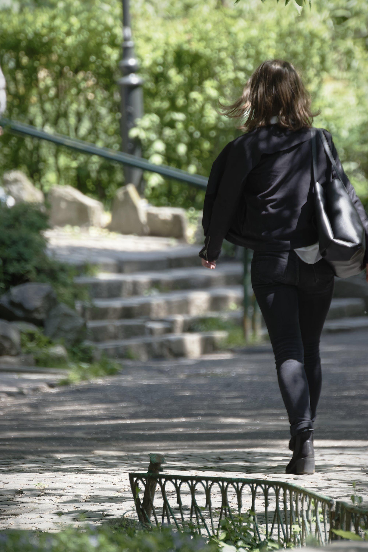 Foto d'estoc gratuïta de bossa, empedrat, escales, moda