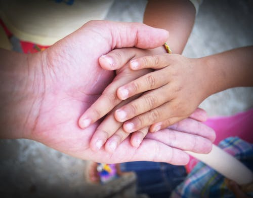 Foto stok gratis anak, baru lahir, bayi, bergandengan tangan