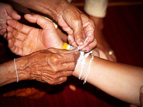 Základová fotografie zdarma na téma babička, běloch, dospělý, dotyk
