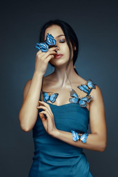 Женщина в синем платье с бретельками