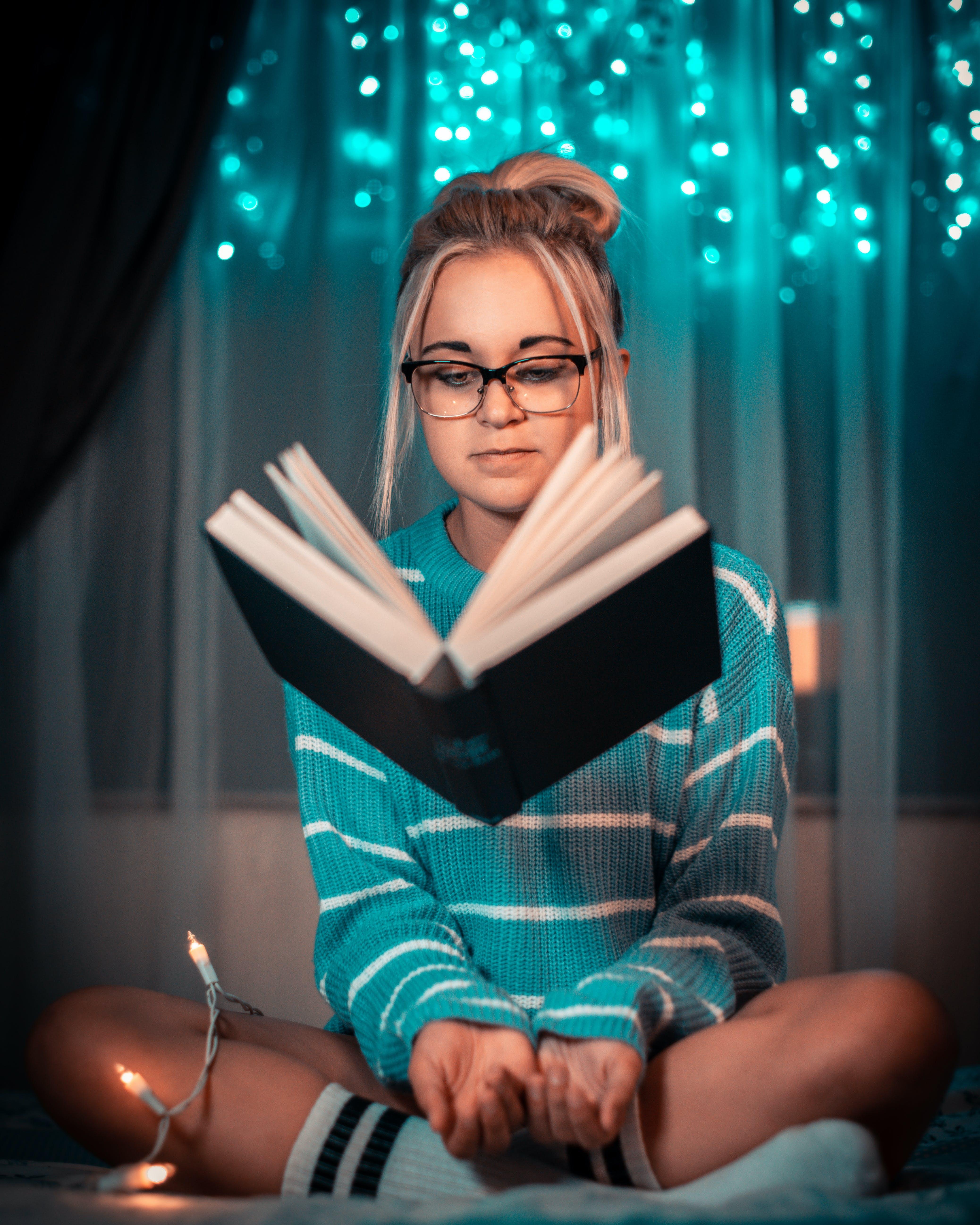 Kostnadsfri bild av ansiktsuttryck, blå, bok, få att sväva
