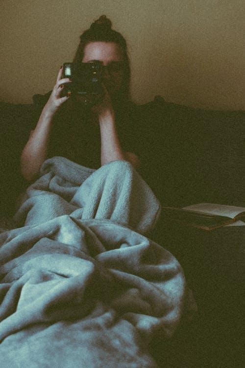 arkaya yaslanmak, aşındırmak, aşınmak, battaniye içeren Ücretsiz stok fotoğraf